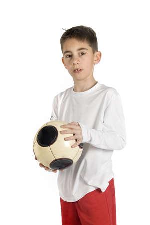 uniforme de futbol: portarretrato de un ni�o en uniforme de f�tbol sosteniendo un bal�n de f�tbol Foto de archivo