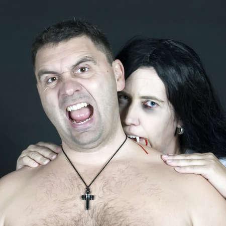 vampira sexy: las mujeres vampiro muerde el hombre  Foto de archivo