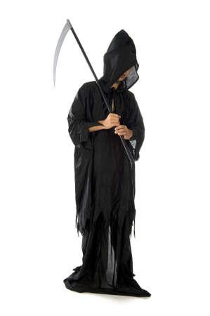 scythe: una guada�a, vestida de negro, sobre un fondo blanco