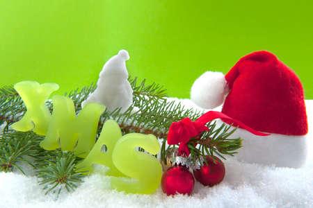 branche pin: No�l sur aa branche de pin, un chapeau de No�l et du P�re No�l balles dans la neige