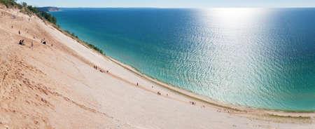 dune: Los turistas subir y bajar una duna populares dan a Sleeping Bear Dunes.