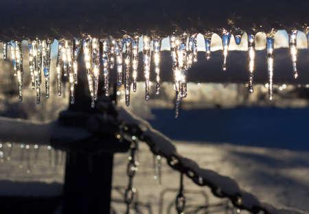 つらら、icestorm 後太陽の下で輝きます。 写真素材