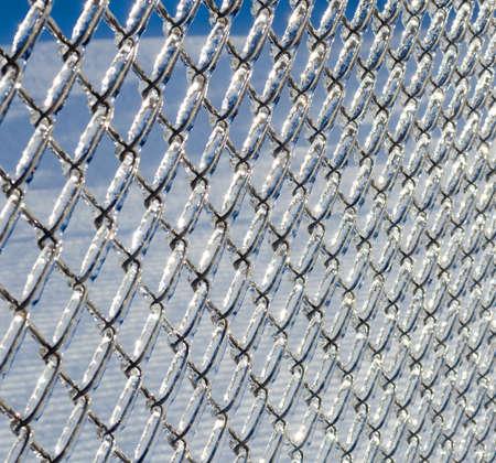 氷覆われたチェーン リンク フェンス重度 icestorm から。 写真素材