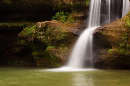 Upper Falls at Old Mans Cave, Hocking Hills State Park, Ohio. Banco de Imagens