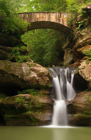 老人の洞窟の丘の州立公園、オハイオ州でホッキングで上の滝。