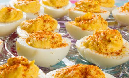 Verschillende Deviled Eggs gegarneerd met Paprika