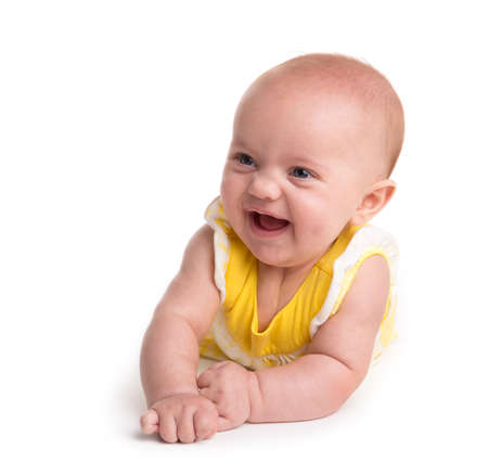 Leuke baby lachend geïsoleerd op een witte achtergrond
