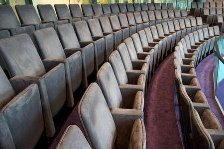 spectators: asientos de espera espectadores  Foto de archivo
