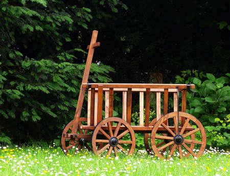 blumen: wooden wagon