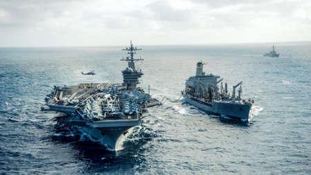 Een Amerikaanse marine die de oceaan oversteken