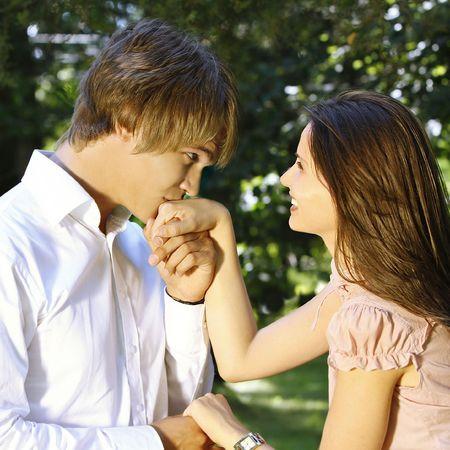 Junge hübsche kissing ein schönes Mädchen die Hand  Standard-Bild