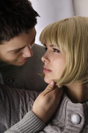 parejas sensuales: atractivo joven con pasi�n en el amor mirando a los ojos de los dem�s Foto de archivo