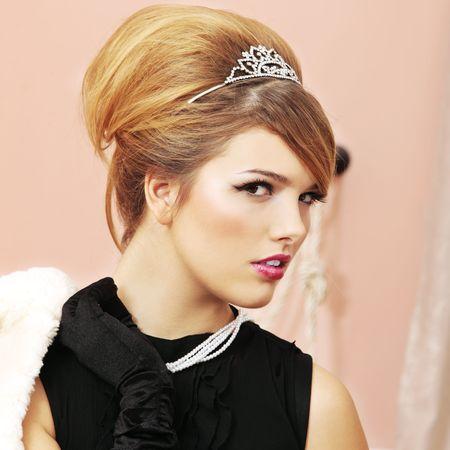 glitter makeup: Perfil de modelo de cara bonita como Prom Queen en fiesta