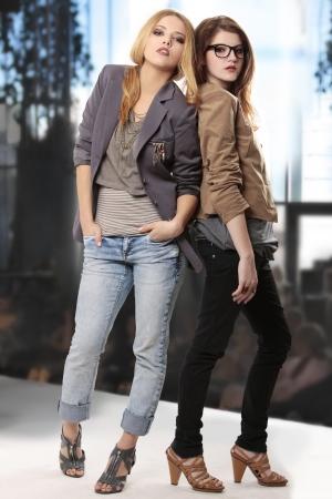 modelo en pasarela: adolescentes en fashion show presentando fancy ropa y accesorios cool mirando la c�mara  Foto de archivo