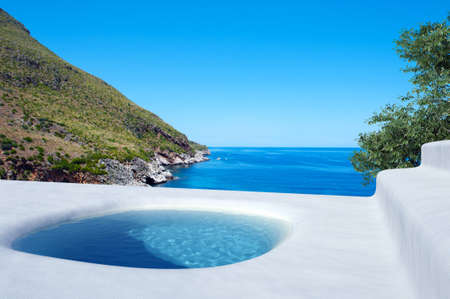 piscine bleue sur la mer