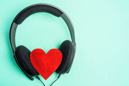 headphones heart wood, background green Banco de Imagens