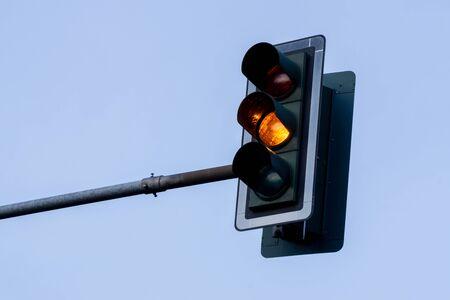 黄色の光を伴う信号
