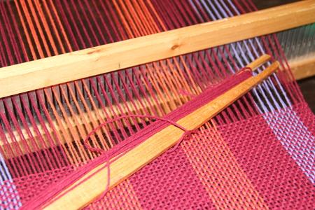 Webstühle, Webstuhlbeschläge, gewebte Schals, farbige Garne, weiße Hintergründe Standard-Bild - 86675590