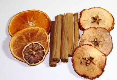 gezonde ingrediënten voor drankjes en maaltijden appels kaneel sinaasappelanijs gember Stockfoto