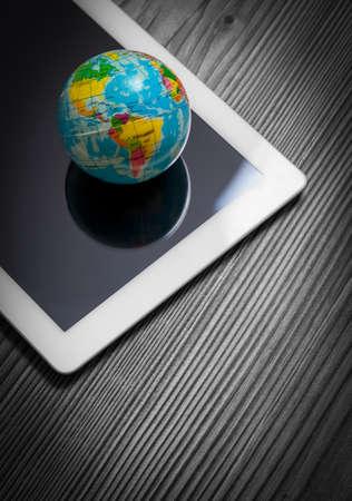 internet movil: globo en el equipo Tablet PC. concepto de internet m�vil