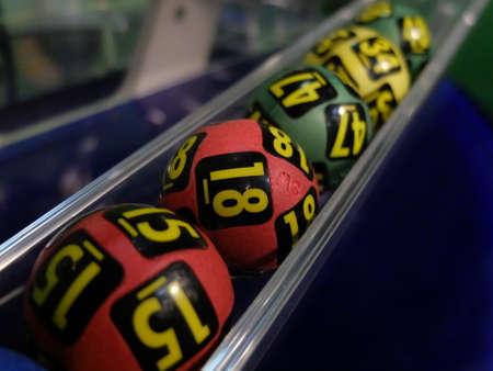 bingo: Imagen de las bolas de la lotería durante la extracción de los números ganadores. Foto de archivo