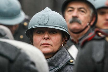 batallón: BUCHAREST, RUMANIA - 1 DE DICIEMBRE DE 2010: Los militares participan en un desfile militar en el Día Nacional de Rumania. Más de 3.000 soldados y personal de las agencias de seguridad participan en los desfiles masivos del Día Nacional de Rumania. Editorial