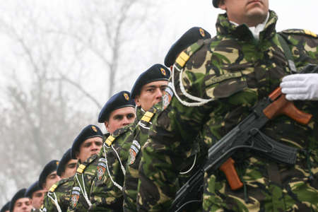 batallón: BUCHAREST, ROMANIA - DECEMBER 1, 2008: Soldiers are marching during a military parade in Bucharest. More than 3,000 soldiers and personnel from security agencies take part in the massive parades on National Day of Romania.