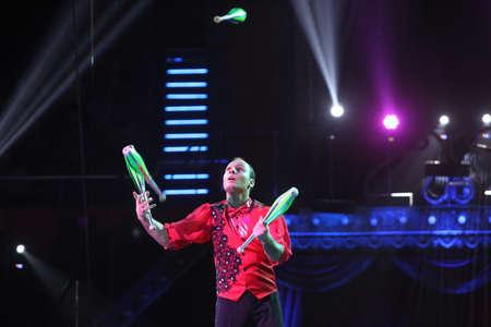 Boekarest Roemenië, 18 februari 2017: Een trouper speelt zich op het Internationaal Circusfestival in Boekarest, op Globus Circus.