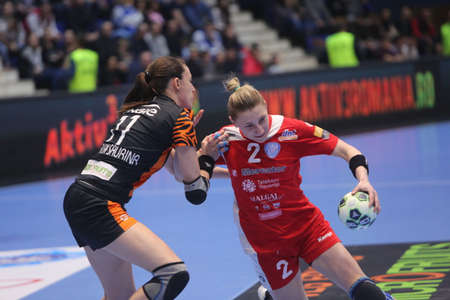 terrain de handball: BUCHAREST, ROMANIA - MARCH 03, 2017: WOMENS EHF Champions League 2016-17, CSM Bucuresti vs RK Krim Mercator handball game. Georgijev  Tamara from Krim in action. Éditoriale