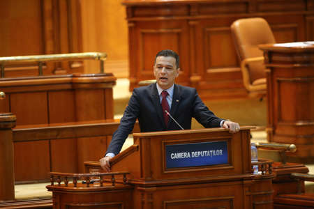 soumis: BUCHAREST, ROMANIA - June 21, 2017: Romanian Premier Sorin Grindeanu speaks in front of Parliament during a no-confidence vote submitted by his colleagues from ruling Social Democratic Party (PSD). Éditoriale