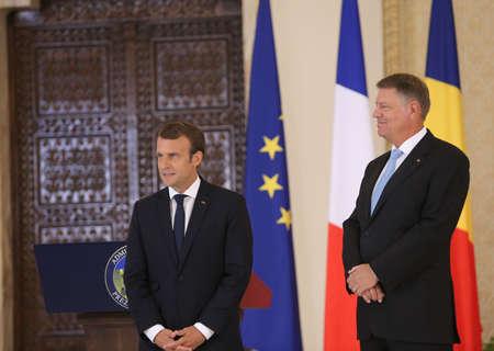 ブカレスト、ルーマニア - 2017 年 8 月 24 日: フランスの大統領エマヌエル ・ マクロンとルーマニア大統領クラウス Iohannis Cotroceni 宮殿で共同記者会