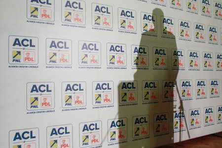 ブカレスト, ルーマニア、2014 年 11 月 24 日: クラウス ・ ヴェルナー ・ Iohannis 大統領のキリスト教自由主義者の同盟 (PNL と PDL) の候補者選挙記者会 報道画像