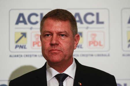 ブカレスト、ルーマニア、2014年11月24日:キリスト教自由同盟(PNLとPDL)の大統領候補であるクラウス・ヴェルナー・ヨハニスは、記者会見で選挙の終わ 報道画像
