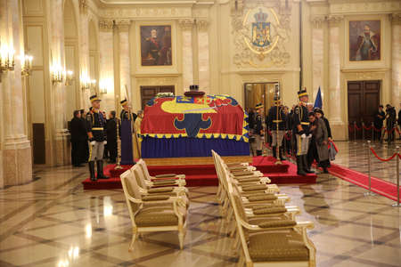 BUCHAREST, ROMANIA  - December 13, 2017: Citizens are presenting a last homage to the late Romanian King Michael I, at Hall of Throne at the former Royal Palace, now National Art Museum. Banque d'images - 91644088