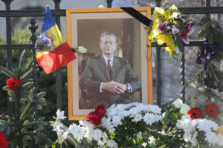 BUCHAREST, ROMANIA  - December 07, 2017: Citizens are bringing flowers and light candles as a last homage to the late Romanian King Michael I, at the former Royal Palace, now National Art Museum. Banque d'images - 91644089