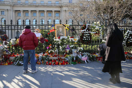BUCHAREST, ROMANIA  - December 07, 2017: Citizens are bringing flowers and light candles as a last homage to the late Romanian King Michael I, at the former Royal Palace, now National Art Museum. Banque d'images - 91644090