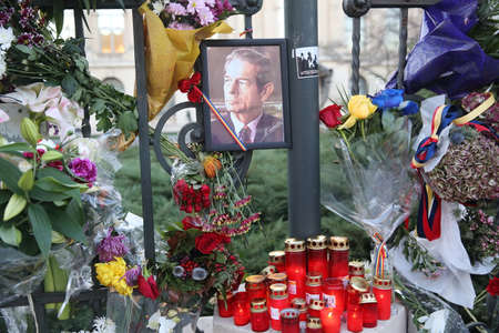 BUCHAREST, ROMANIA  - December 09, 2017: Citizens are bringing flowers and light candles as a last homage to the late Romanian King Michael I, at the former Royal Palace, now National Art Museum. Banque d'images - 91644092