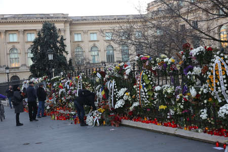 BUCHAREST, ROMANIA  - December 09, 2017: Citizens are bringing flowers and light candles as a last homage to the late Romanian King Michael I, at the former Royal Palace, now National Art Museum. Banque d'images - 91644093