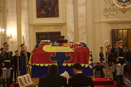 BUCHAREST, ROMANIA  - December 13, 2017: Citizens are presenting a last homage to the late Romanian King Michael I, at Hall of Throne at the former Royal Palace, now National Art Museum. Banque d'images - 91644094