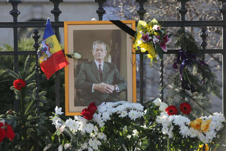 BUCHAREST, ROMANIA  - December 07, 2017: Citizens are bringing flowers and light candles as a last homage to the late Romanian King Michael I, at the former Royal Palace, now National Art Museum. Banque d'images - 91644095