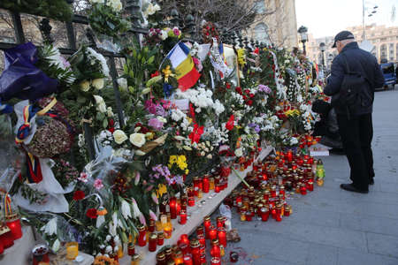 BUCHAREST, ROMANIA  - December 09, 2017: Citizens are bringing flowers and light candles as a last homage to the late Romanian King Michael I, at the former Royal Palace, now National Art Museum. Banque d'images - 91644097
