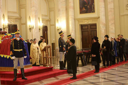 BUCHAREST, ROMANIA  - December 13, 2017: Citizens are presenting a last homage to the late Romanian King Michael I, at Hall of Throne at the former Royal Palace, now National Art Museum. Banque d'images - 91644098