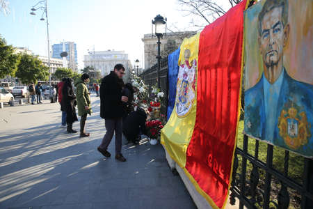 BUCHAREST, ROMANIA  - December 07, 2017: Citizens are bringing flowers and light candles as a last homage to the late Romanian King Michael I, at the former Royal Palace, now National Art Museum. Banque d'images - 91644099