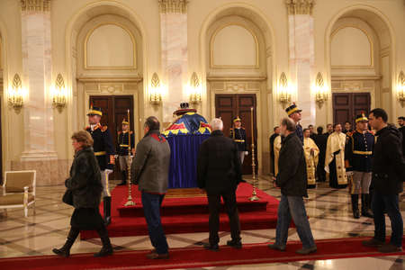 BUCHAREST, ROMANIA  - December 13, 2017: Citizens are presenting a last homage to the late Romanian King Michael I, at Hall of Throne at the former Royal Palace, now National Art Museum. Banque d'images - 91644102