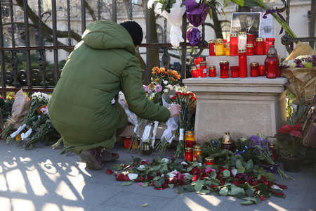 BUCHAREST, ROMANIA  - December 07, 2017: Citizens are bringing flowers and light candles as a last homage to the late Romanian King Michael I, at the former Royal Palace, now National Art Museum. Banque d'images - 91644106