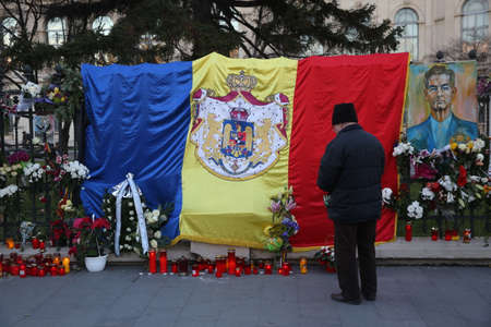 BUCHAREST, ROMANIA  - December 09, 2017: Citizens are bringing flowers and light candles as a last homage to the late Romanian King Michael I, at the former Royal Palace, now National Art Museum. Banque d'images - 91644107
