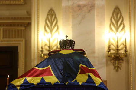 BUCHAREST, ROMANIA  - December 13, 2017: Citizens are presenting a last homage to the late Romanian King Michael I, at Hall of Throne at the former Royal Palace, now National Art Museum. Banque d'images - 91644109