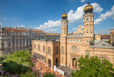 Budapest, Hungary - September 10, 2018: Synagogue on Dohany street with people around on a sunny day - from balcony. 新聞圖片