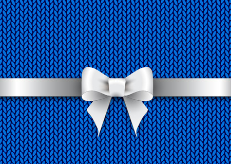 knitted background: Lazo de sat�n de plata sobre un fondo azul de punto