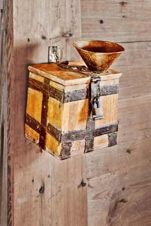 alms: Las donaciones o limosnas caja colecci�n Foto de archivo